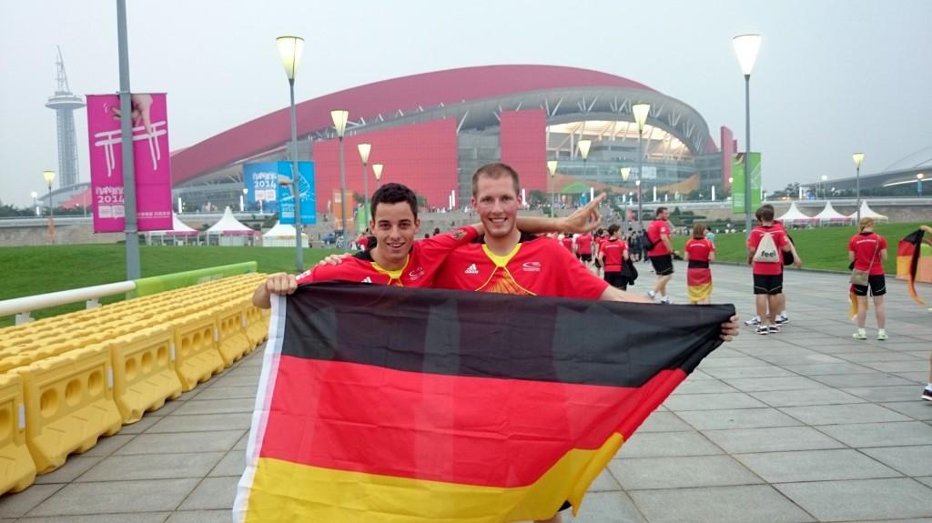 Roman und ich vor dem Nanjing Olymic-Sports-Center Stadium